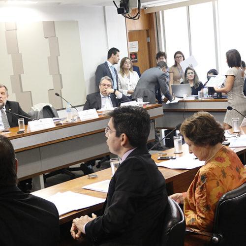 Ministro da Educação apresenta diretrizes da pasta e responde senadores durante audiência pública