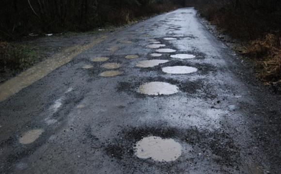 A arte de tapar buracos e fazer asfalto com economia