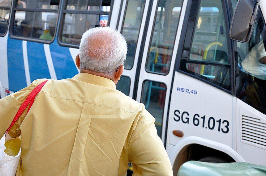 Projeto que derruba taxas de pedágio e embarque para idosos carentes segue para a CAE