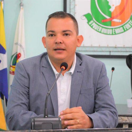 O vereador de Ariquemes,  Zul Pinheiro, agradece parceria com o senador Confúcio  e divulga exemplares da CONSTITUIÇÃO EM MIÚDOS