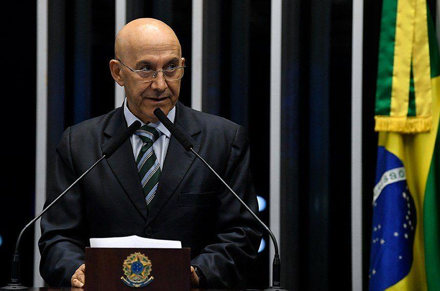 Confúcio Moura defende valorização e proteção para os professores