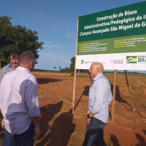 Confúcio Moura e lideranças vistoriam obras da Escola Técnica do IFRO de São Miguel do Guaporé