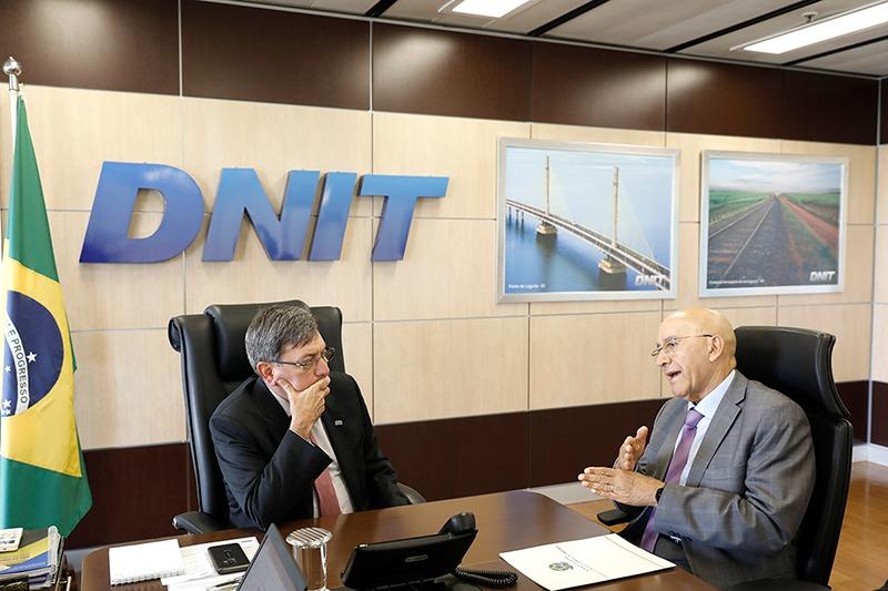 DNIT confirma a Confúcio Moura que obras da rotatória na BR-364, em Ariquemes, serão retomadas no próximo mês